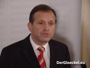 Dr. Ernst Strasser (ÖVP) vor Desater zur Causa NÖ HILFSWERK